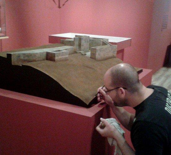 Escuela de Arte Murcia - exposición de arqueología con una maqueta de un alumno del Ciclo Superior de Maquetismo y Modelismo